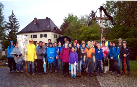 Fußwallfahrer; Zwischenhalt in Türkenfeld (Foto: Dennis Ossadnik)